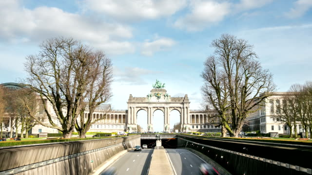 hd zoom out time-lapse: triumphal arch cinquantenaire parc brussels belgium - royalty stock videos & royalty-free footage
