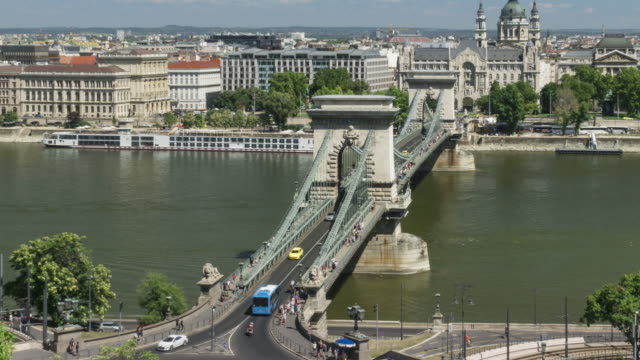 zoom out tl: traffic jam on szechenyi chain bridge and st stephen's basilica in budapest, hungary in weekend - budapest stock videos & royalty-free footage
