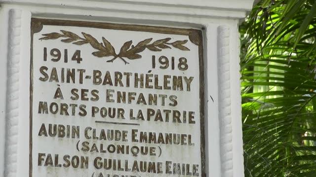 zoom out to ws of first world war memorial in st bart's french antilles - frankrikes utomeuropeiska områden bildbanksvideor och videomaterial från bakom kulisserna
