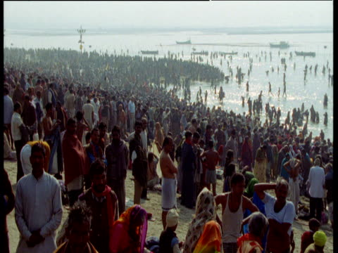 stockvideo's en b-roll-footage met zoom out to reveal huge crowds on banks of ganges during kumbh mela, allahabad, india - bedevaart