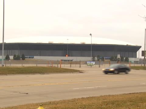 zoom out to the silverdome stadium in pontiac, michigan. - ポンティアック点の映像素材/bロール