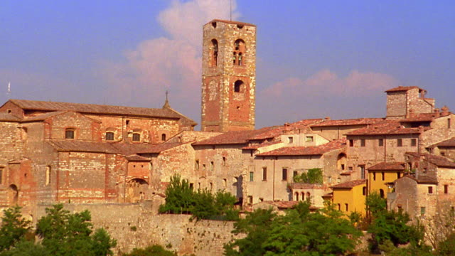 zoom out to wide shot medieval bell tower and buildings in town / siena, italy - toscana bildbanksvideor och videomaterial från bakom kulisserna