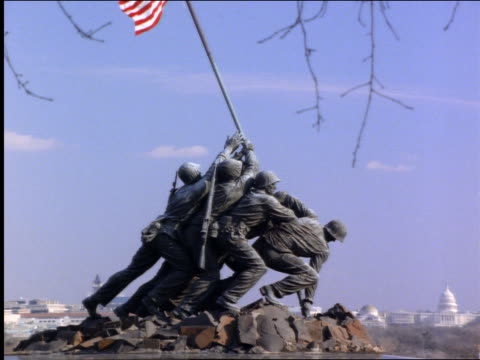vídeos de stock, filmes e b-roll de zoom out + zoom in of iwo jima memorial statue / arlington cemetery / washington dc - 2001