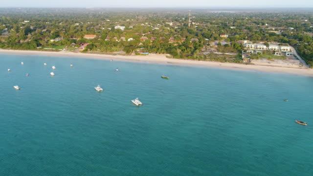 vídeos de stock e filmes b-roll de zoom shot of beach in mozambique - moçambique