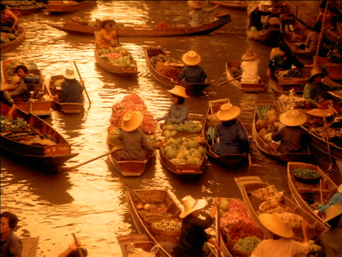vidéos et rushes de zoom to and from busy floating food market as people buy and sell from boats, bangkok - thaïlande