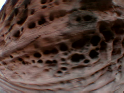 vidéos et rushes de zooming honeycombed canyon wall - strate géologique