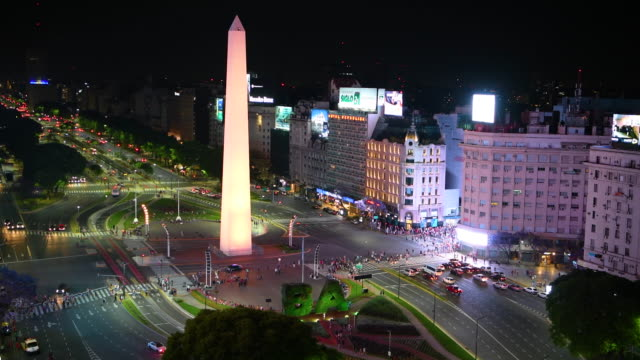 zooming in on obelisk and green ba letters, avenida de 9 julio in buenos aires by night - avenida 9 de julio video stock e b–roll