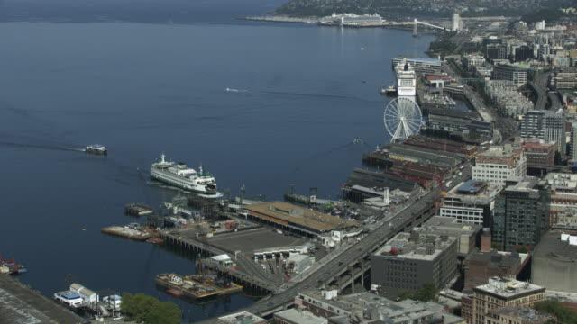 vídeos y material grabado en eventos de stock de zooming in shot of a bainbridge island ferry approaching the seattle ferry terminal - bahía de elliott