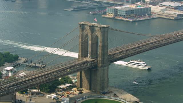 vídeos de stock, filmes e b-roll de zooming in shot of the brooklyn bridge - brooklyn bridge
