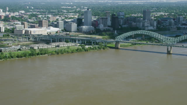 vídeos y material grabado en eventos de stock de zooming in shot of the hernando de santos bridge in memphis - memphis tennessee