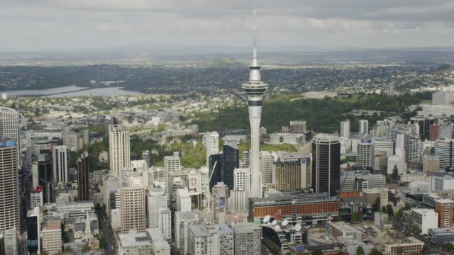 stockvideo's en b-roll-footage met zooming in shot of the sky tower in downtown auckland - auckland