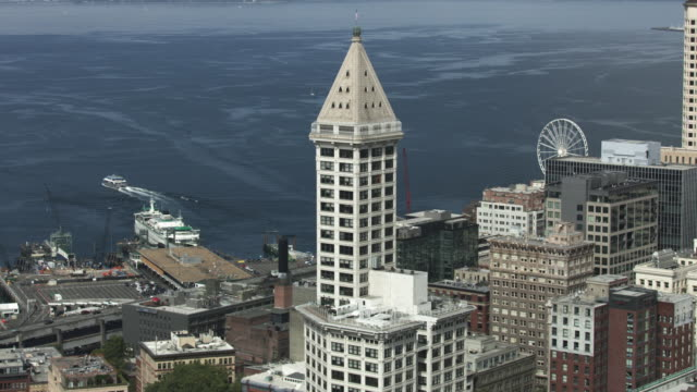 zooming in shot of the smith tower in downtown seattle - smith tower stock videos & royalty-free footage