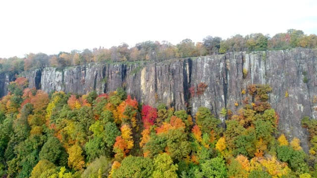 zooming in toward palisades cliffs in new jersey with vibrant autumn colors - orange new jersey stock videos & royalty-free footage