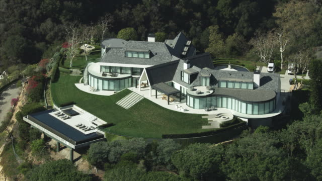 zooming out shot of a mansion in the hills above brentwood - infinity pool stock videos & royalty-free footage