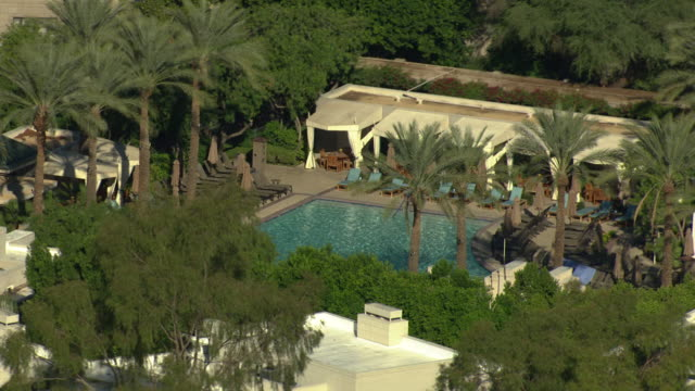zooming out shot of a swimming pool of a hotel in phoenix - outdoor chair stock videos & royalty-free footage