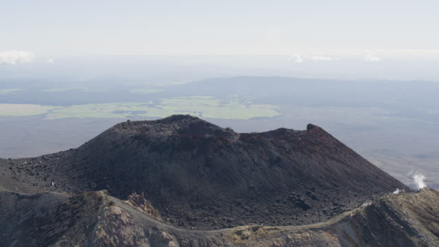 zooming out shot of the crater of the mount ngauruhoe volcano - ngauruhoe stock videos & royalty-free footage