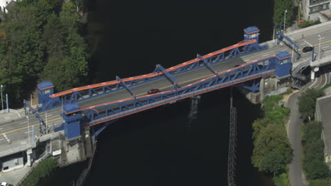 zooming out shot of the fremont bridge - 跳開橋点の映像素材/bロール