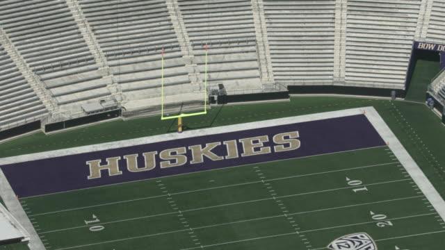 vídeos de stock e filmes b-roll de zooming out shot of the goalpost of the husky stadium - universidade de washington