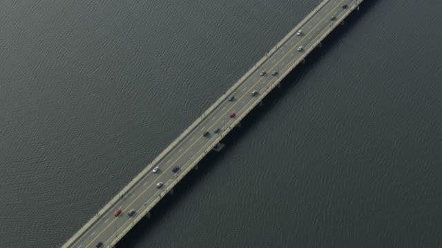 vídeos de stock, filmes e b-roll de zooming out shot of the harvard bridge above the charles river - massachusetts