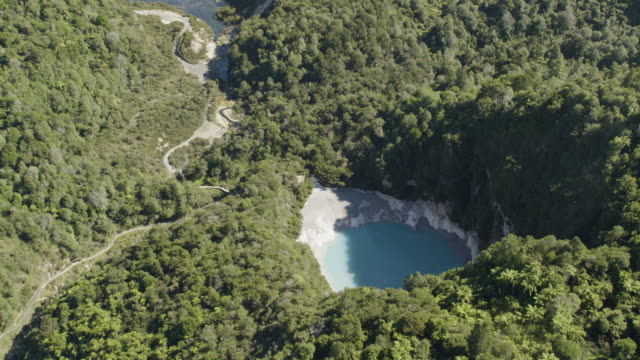 zooming out shot of the inferno crater lake - quellwasser stock-videos und b-roll-filmmaterial