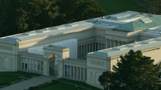 Zooming out shot of the Legion of Honor Museum