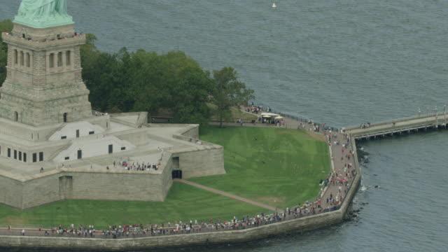 zooming out shot of the liberty island - 自由の女神点の映像素材/bロール