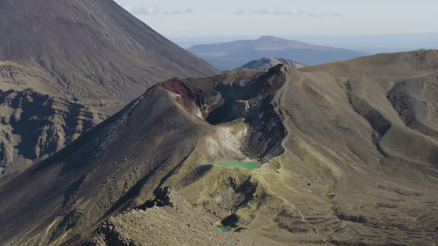 zooming out shot of the mount tongariro with the mount ngauruhoe in the background - ngauruhoe stock videos & royalty-free footage