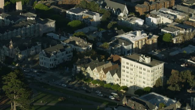stockvideo's en b-roll-footage met zooming out shot of the painted ladies houses in san francisco - edwardiaanse stijl