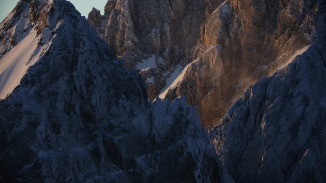 zooming out shot of the teton range at sunrise - parco nazionale del grand teton video stock e b–roll