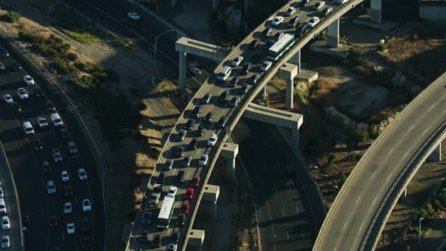 zooming out shot of the traffic on the macarthur maze - ingorgo stradale video stock e b–roll