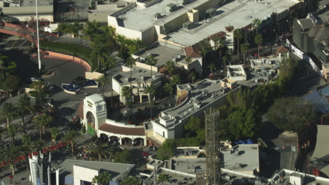 vidéos et rushes de zooming out shot of the universal studios hollywood main entrance - hollywood california