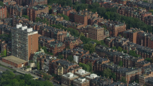 zooming out shot of the victorian brownstone homes in the back bay neighborhood in boston - チャールズ川点の映像素材/bロール