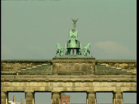 cu zooming to wa, bronze sculpture on top of brandenburg gate to unter den linden traffic, berlin - cold war stock videos & royalty-free footage
