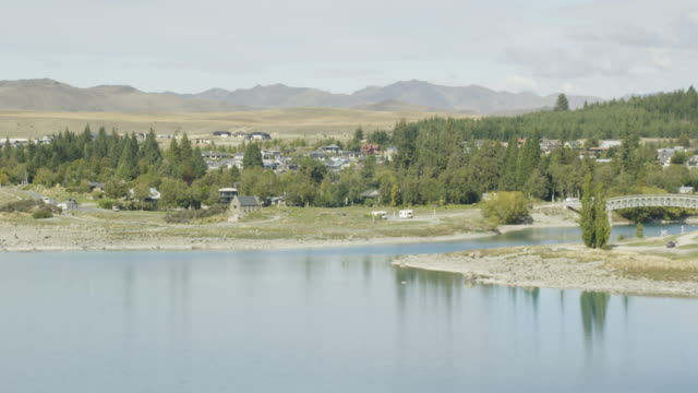 zooming-out shot of lake tekapo - カンタベリー点の映像素材/bロール
