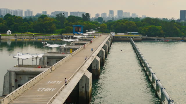 4k t/l zoom-out els: singapore skyline from marina barrage - marina stock videos & royalty-free footage