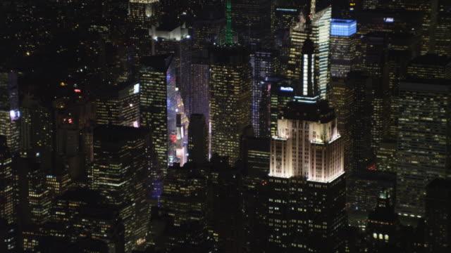vídeos y material grabado en eventos de stock de zoom-out on empire state building and midtown manhattan at night. shot in november 2011. - artbeats
