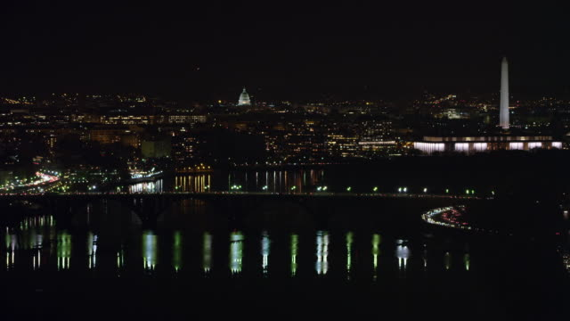 stockvideo's en b-roll-footage met zoom-out on key bridge over the potomac at night, washington dc in background, kennedy center at right mid-frame. shot in 2011. - john f. kennedy
