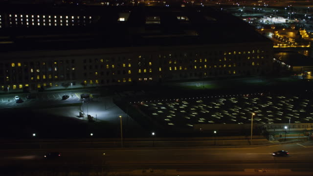 stockvideo's en b-roll-footage met zoom-out on pentagon memorial to reveal pentagon building and washington dc in background. shot in 2011. - ministerie van defensie