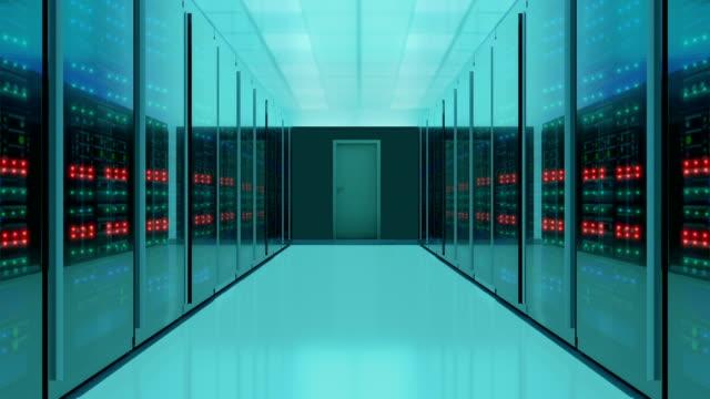 vídeos de stock, filmes e b-roll de zoom-out shot da sala do servidor, vídeo 4k - computação em nuvem