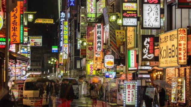 4 k zoomout zeitraffer: masse auf kabukicho nachts, tokyo, japan - besichtigung stock-videos und b-roll-filmmaterial