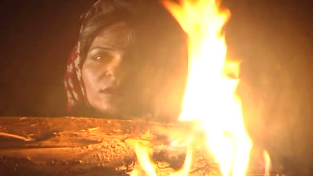 zoroastrian temple. view of a zoroastrian woman's face reciting prayer in front of the sacred fire in a temple in tehran. - 信者点の映像素材/bロール