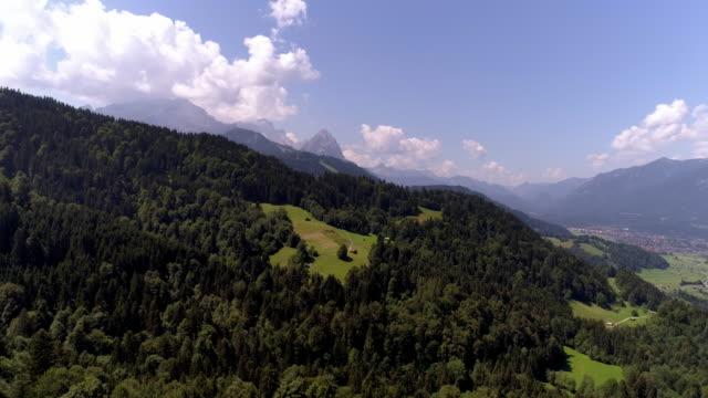 vídeos de stock, filmes e b-roll de montanha zugspitze e garmisch-partenkirchen - montanha zugspitze