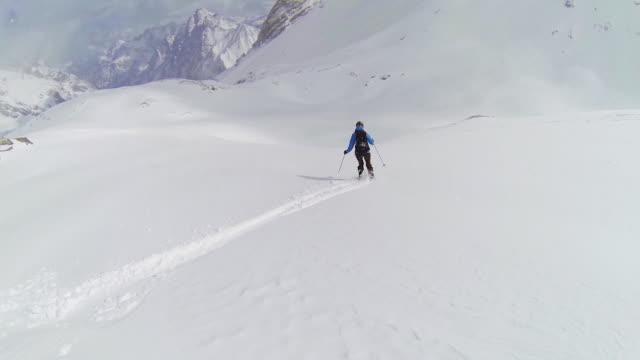 vídeos de stock, filmes e b-roll de zugspitze ski area, woman skiing in deep snow - montanha zugspitze