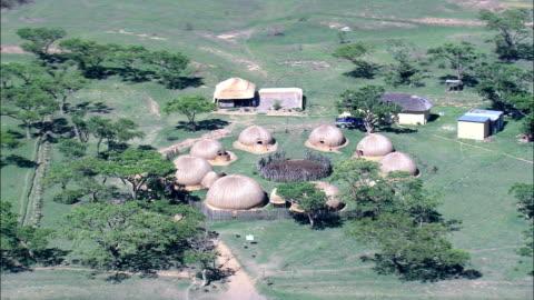 vídeos de stock, filmes e b-roll de zulu kraal - vista aérea - kwazulu-natal, município do distrito de umzinyathi, msinga, áfrica do sul - conta artigo de armarinho