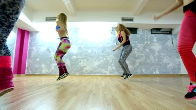 vídeos de stock, filmes e b-roll de aula de zumba fitness - músculo humano