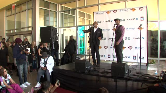 vidéos et rushes de zuri graig and jeffrey lewis at nick cannon rocks lights empire state building for st. mary's kids at the empire state building on october 15, 2015... - rock moderne