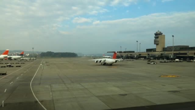 stockvideo's en b-roll-footage met zurich airport time lapse. - taxiën
